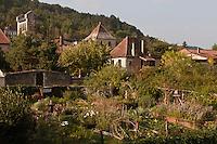 Europe/Europe/France/Midi-Pyrénées/46/Lot/Castelfranc: Castelfranc:Le  Jardin des Sens ,l'église avec son clocher peigne  et les maisons du village