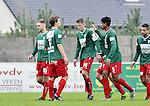 2015-10-18 / voetbal / seizoen 2015-2016 / Witgoor Dessel - Houtvenne / Kenny Geudens (nr 14) (Houtvenne) heeft de gelijkmaker gescoord en wordt gefeliciteerd door zijn ploegmaats