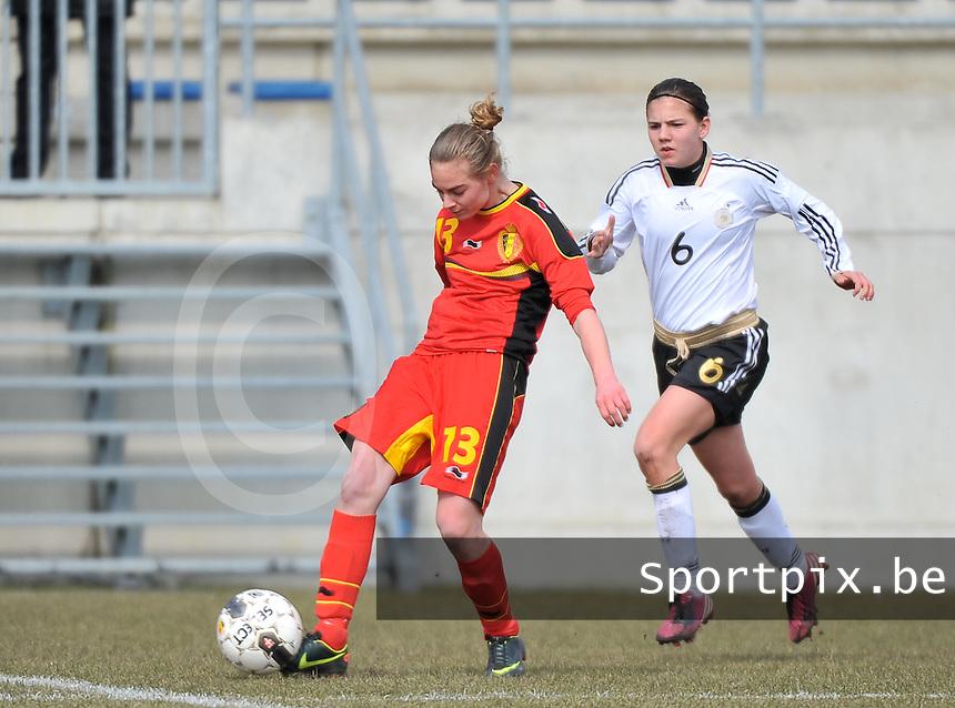 Belgie U17 - Duitsland U17 : Margaux Van Ackere aan de bal voor Rieke Dieckmann.foto DAVID CATRY / Vrouwenteam.be