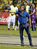 BUCARAMANGA-COLOMBIA-08-12-2016. Alberto Gamero técnico del Deportes Tolima gesticula durante el encuentro de ida con Atlético Bucaramanga por la semifinal de la Liga Águila II 2016 jugado en el estadio Alfonso López de la ciudad de Bucaramanga./ Alberto Gamero coach of Deportes Tolima gestures during first leg semifinal match against Atletico Bucaramanga for the Aguila League II 2016 played at Alfonso Lopez stadium in Bucaramanga city. Photo: VizzorImage / Duncan Bustamante / Cont