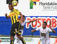 FLORIDABLANCA -COLOMBIA, 28-09-2014.  Un jugador de Alianza Petrolera salta por el balón con Jhon A. Cano  (Der) de Patriotas FC durante encuentro  por la fecha 12 de la Liga Postobon II 2014 disputado en el estadio Alvaro Gómez Hurtado de la ciudad de Floridablanca./ xxx (R) player of Alianza Petrolera fights for the ball with Jhon A. Cano (R) player of Patriotas FC during match for the 12th date of the Postobon League II 2014 played at Alvaro Gomez Hurtado stadium in Floridablanca city Photo:VizzorImage / Duncan Bustamante / STR