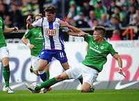 FUSSBALL   1. BUNDESLIGA   SAISON 2011/2012    7. SPIELTAG SV Werder Bremen - Hertha BSC Berlin                   25.09.2011 Tunay TORUN (li, Berlin) gegen Sebastian PROEDL (re, Bremen)