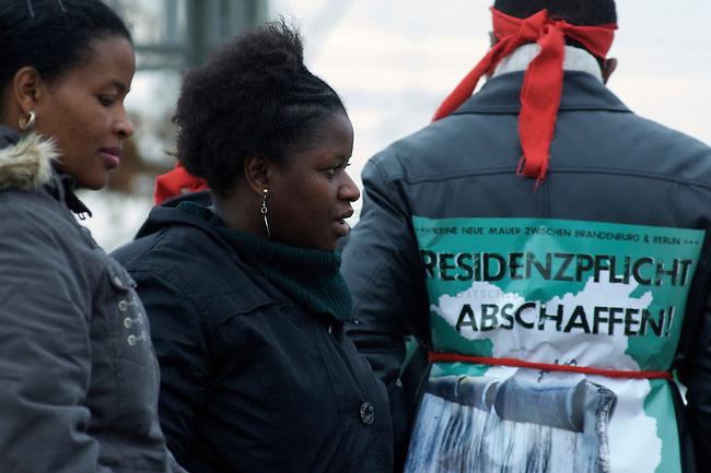 Protest fuer die Schliessung des Fluechtlingslagers Moehlau<br />Am Samstag den 14. November 2009 protestierten Fluechtlinge und deutsche Unterstuetzer in Lutherstadt-Wittenberg fuer die sofortige Schliessung des Fluechtlingslagers Moehlau. 200 Menschen die aus Kriegsgebieten gefluechtet sind muessen dort in einer ehemaligen Kaserne, mitten im Wald leben. Die Demonstranten forderten eine dezentrale Unterbringung der Menschen in Wohnungen in Wittenberg, damit sich die Menschen in die Gesellschaft integrieren koennen.<br />14.11.2009, Wittenberg-Lutherstadt<br />Copyright: Christian-Ditsch.de<br />[Inhaltsveraendernde Manipulation des Fotos nur nach ausdruecklicher Genehmigung des Fotografen. Veroeffentlichung nur gegen Honorar, Urhebervermerk Christian Ditsch/version-foto.de und Belegexemplar. Verwendung des Bildes ausserhalb journalistischer Berichterstattung bedarf besonderer schriftlicher Vereinbarung. Attention: NO MODEL-RELEASE! Please see Details on our Website or contact us: www.version-foto.de - B a n k Details: Konto: I N G - D i B a, IBAN DE58500105175400192269, BIC INGDDEFFXXX, Kontakt: post@christian-ditsch.de Urhebervermerk wird gemaess Paragraph 13 UHG verlangt.]