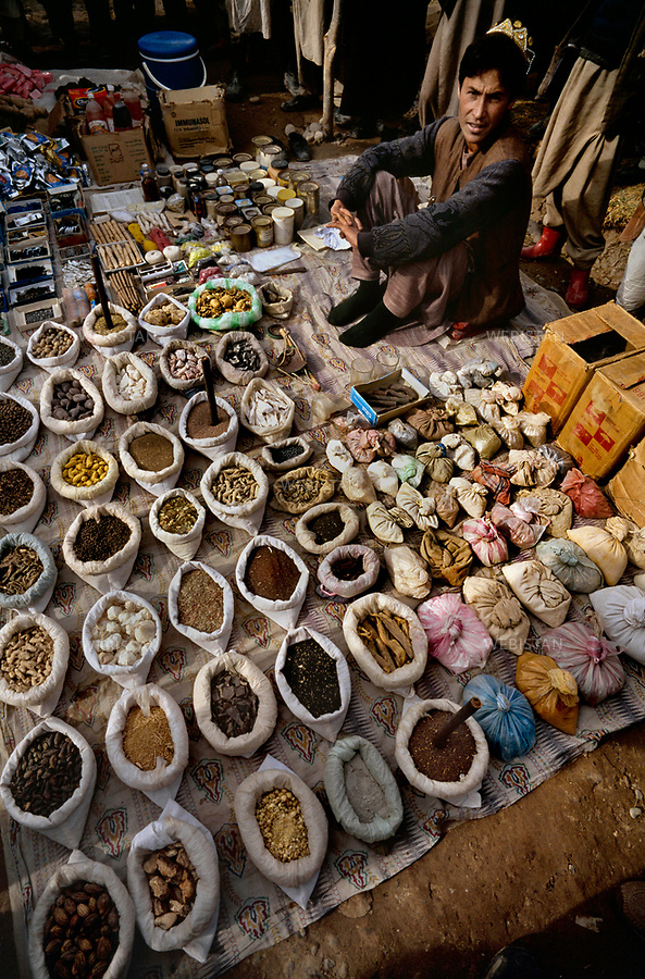 Afghanistan. Takhar Province. Khvajeh Baha od Din. 2000. Spices stall at the market. <br /> <br /> Afghanistan. Province du Takhar. Khvajeh Baha od Din. 2000. &Eacute;tal d'&eacute;pices au march&eacute;.