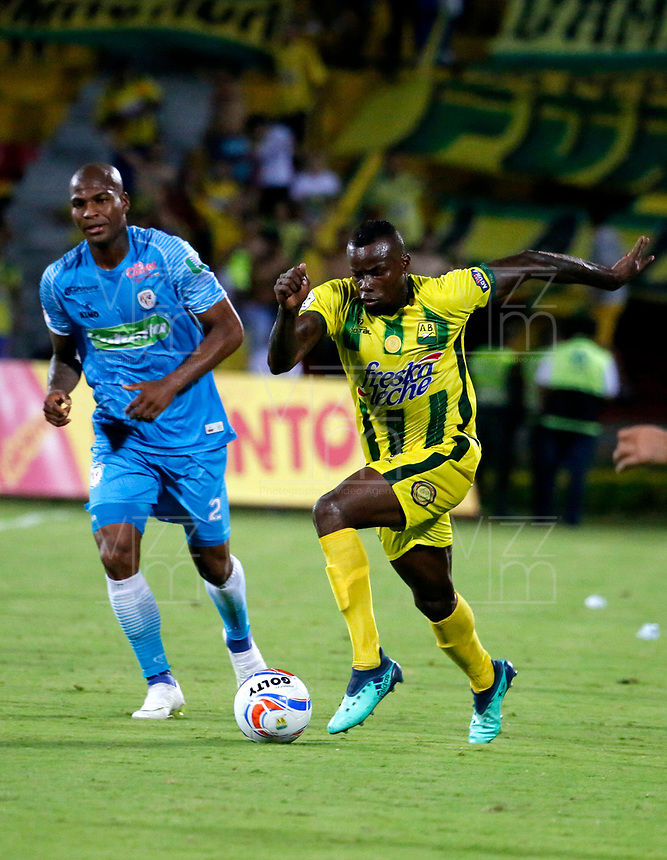 BUCARAMANGA - COLOMBIA, 21-09-2018: Marvin Vallecilla (Der.) jugador de Atlético Bucaramanga disputa el balón con Alexis Hinestroza (Izq.) jugador de Jaguares F. C., durante partido entre Atlético Bucaramanga y Jaguares F. C., de la fecha 11 por la Liga Aguila II 2018, jugado en el estadio Alfonso López de la ciudad de Bucaramanga. / Marvin Vallecilla (Der.) player of  Atletico Bucaramanga vies for the ball with Alexis Hinestroza (L) player of Jaguares F. C., during a match between Atletico Bucaramanga and Jaguares F. C., of the 11th date for the Liga Aguila II 2018 at the Alfonso Lopez Stadium in Bucaramanga city Photo: VizzorImage  / Oscar Martínez / Cont.
