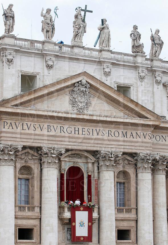 Papa Francesco impartisce la Benedizione Urbi et Orbi in occasione della Domenica di Pasqua, dalla loggia centrale della Basilica di San Pietro, Citta' del Vaticano, 5 aprile 2015.<br /> Pope Francis delivers the Urbi et Orbi blessing in occasion of the Easter Sunday from the central balcony of St. Peter's Basilica, Vatican, 5 April 2015.<br /> UPDATE IMAGES PRESS/Isabella Bonotto<br /> <br /> STRICTLY ONLY FOR EDITORIAL USE