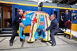 Amsterdam, 9 september 2010.Elephant Parade Express, trein van Amsterdam CS naar Elephant Parade in Emmen..Door Corneille beschilderde olifant wordt op Amsterdam CS naar de trein gedragen..In Emmen worden 9 september de beschilderde olifanten geveild..Foto Felix Kalkman