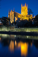 United Kingdom, England, Worcestershire, Worcester: Worcester Cathedral on the River Severn floodlit at dusk | Grossbritannien, England, Worcestershire, Worcester: Worcester Cathedral am Fluss Severn, am Abend beleuchtet