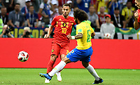 KAZAN - RUSIA, 06-07-2018: MARCELO (Der) jugador de Brasil disputa el balón con Eden HAZARD (C) (Izq) jugador de Bélgica durante partido de cuartos de final por la Copa Mundial de la FIFA Rusia 2018 jugado en el estadio Kazan Arena en Kazán, Rusia. / MARCELO (R) player of Brazil fights the ball with Eden HAZARD (C) (L) player of Belgium during match of quarter final for the FIFA World Cup Russia 2018 played at Kazan Arena stadium in Kazan, Russia. Photo: VizzorImage / Julian Medina / Cont