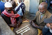 ETHIOPIA , Harar, old town, muslim man play domino game / AETHIOPIEN, Harar, Altstadt, Muslime spielen Domino