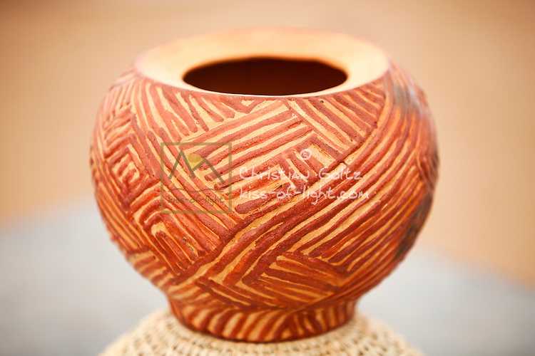 Okaluijo<br /> A small clay pot, used for storing oils, food or lotions.