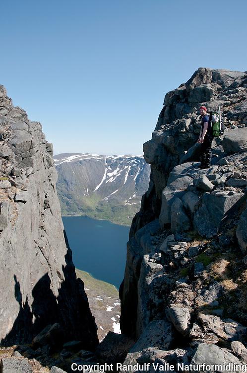 Person på Seiland, rett vest for Jøfjorden.  ---- Person hiking on the island Seiland.