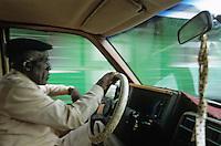 Iles Bahamas / New Providence et Paradise Island / Nassau: Chauffeur de taxi dans les rues de la ville