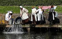 Brielle. Bevrijdingsdag op 1 april: Op deze  dag in 1572 verschenen de Watergeuzen voor de Noordpoort van Den Briel en eisten de overgave van de havenstad. Op deze dag lopen de inwoners in historische kleding en worden de gebeurtenissen nagespeeld. Wassen in de haven