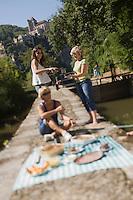Europe/France/Midi-Pyrénées/46/Lot/Saint-Cirq-Lapopie: Navigation fluviale sur la vallée du Lot à l'écluse - le pique-nique  Auto N°: 2008-213  Auto N°: 2008-214  Auto N°: 2008-217  Auto N°: 2008-216