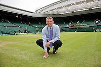 29-06-12, England, London, Tennis , Wimbledon, Neil Stubley, head groundsman inspects centercourt grass