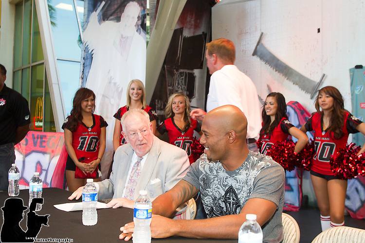 Las Vegas Locos sign Mayor Oscar Goodman to contract for charity on Fremont Street