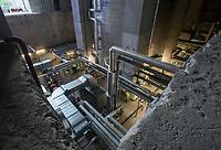 GERMANY, Hamburg, old anti-aircraft bunker rebuild as renewable energy project with heat storage and biomethane gas engine / DEUTSCHLAND,  Hamburg-Wilhelmsburg, IBA Projekt Energie Bunker, Gesamtleistung Wärme: 22.400 MWh - ausreichend für 3.000 Haushalte, Strom: 2.850 MWh - ausreichend für 1.000 Haushalte, grosser Waermespeicher mit 2000 Kubikmeter, er wird durch die Waerme eines biomethanbefeuerten Sokratherm Blockheizkraftwerks (BHKW, unten im Vordergrund im Bild) und einer solarthermischen Anlage sowie aus der Abwaerme eines Industriebetriebes gespeist