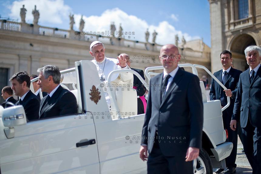 Papa Francesco saluta i fedeli in Piazza San Pietro al termine della Udienza Generale.