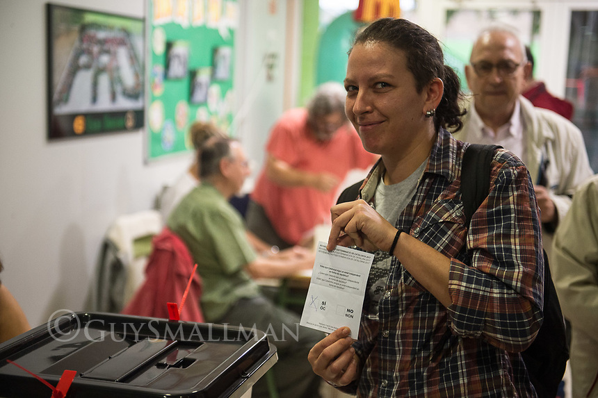 Catalan independence vote in Barcelona. The election goes ahead at a polling staion at the 'Ecole Barcelona' School despite the election being declared illegal by the government. 1-10-17 A local woman votes yes in the referndum.