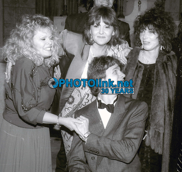 Sally Struthers BrendaVaccaro and Lee Grant  Guy Hector wedding day 1986<br /> Photo By Jesse Nash/PHOTOlink