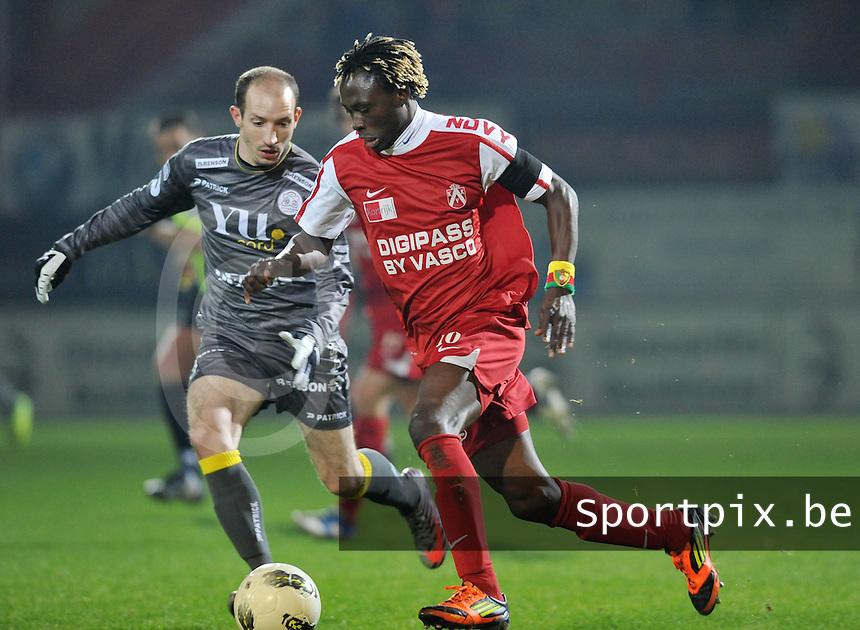 KV Kortrijk - SV Zulte - Waregem :  Ernest Nfor aan de bal voor Franck Berrier.foto VDB / BART VANDENBROUCKE