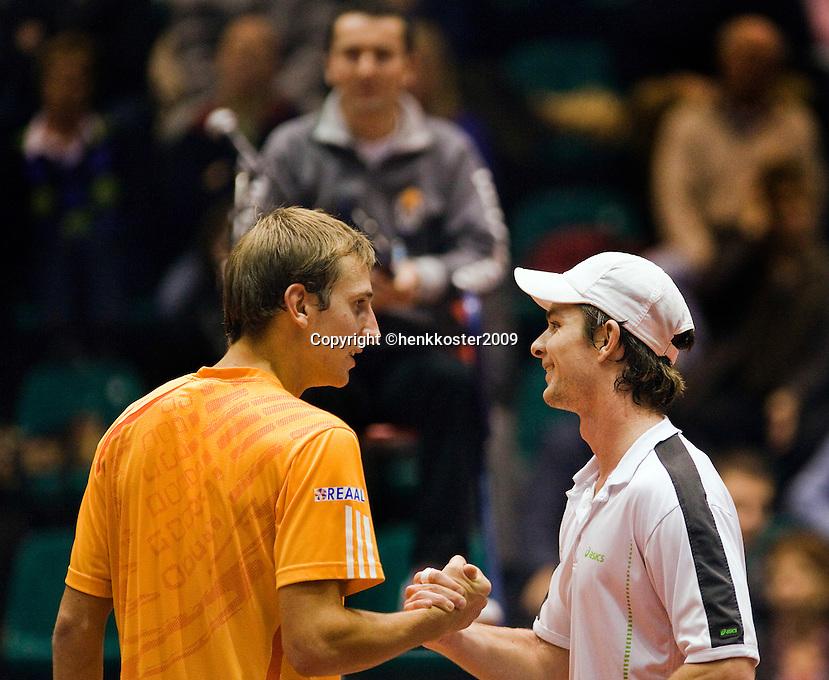 11-12-09, Rotterdam, Tennis, REAAL Tennis Masters 2009, Thiemo de Bakker feliciteert   Antal van der Duim met zijn overwinning