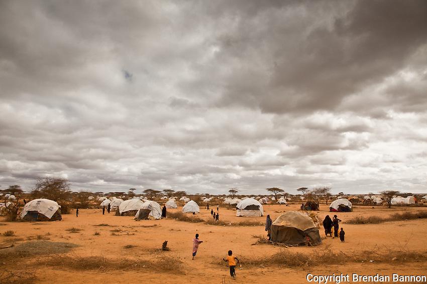 Kenya/Somali refugees. Makeshift shelters made by refugees from Somalia in Dagahaley camp near Dadaab, Kenya. UNHCR/ Brendan Bannon/ August 2011