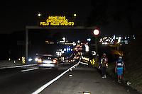 APARECIDA, SP, 11.10.2014 - ROMEIROS - APARECIDA-SP - Romeiros caminham pelo acostamento da Rodovia Dura sentido a Santuário Nacional de Nossa Senhora de Aparecida, neste sábado (11)  (Foto: Marcelo Brammer / Brazil Photo Press).