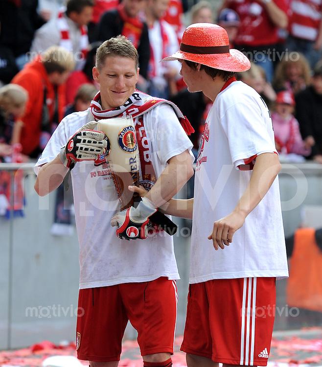 Fussball 1. Bundesliga :  Saison   2009/2010   34. Spieltag   Hertha BSC Berlin - FC Bayern Muenchen    08.05.2010 Jubel mit Bier Bastian Schweinsteiger, Holger Badstuber (v. li., FCB)