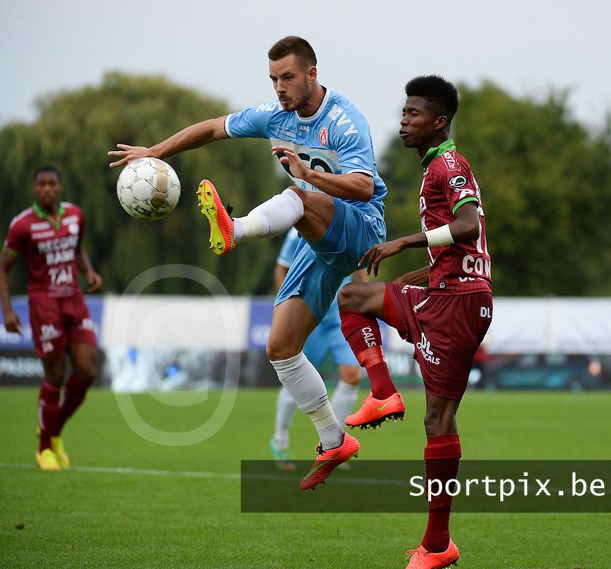 SV Zulte Waregem  - KV Kortrijk  : Baptiste Ulens (links) onderschept de bal van Ibrahima Conte (r)<br /> foto VDB / BART VANDENBROUCKE