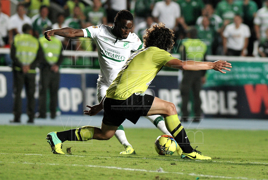 CALI- COLOMBIA -22 -01-2014: Steven Mendoza (Izq.) jugador de Deportivo Cali disputa el balón con Stefan Medina (Der.) jugador del Atletico Nacional en durante partido de ida por la Super Liga 2014, jugado en el estadio Pascual Guerrero de la ciudad de Cali. / Steven Mendoza (L) player of Deportivo Cali vies for the ball with Stefan Medina (R) player of Atletico Nacional during a match for the first leg of the Super Liga 2014 at the Pascual Guerrero Stadium in Cali city. Photo: VizzorImage  / Luis Ramirez / Staff.