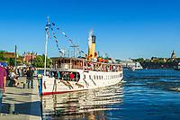 Ångvisslan på Blidösund ljuder vid Skeppsbron  i Stockholm