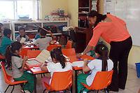 Colectivo docente con gran vocaci&oacute;n pedag&oacute;gica.<br /> Por Patricia Castellanos.<br /> <br /> Oaxaca de Ju&aacute;rez, Oax. 14/05/2016.- Con visible entusiasmo, buena fe y gran vocaci&oacute;n; el Colectivo Docente del Jard&iacute;n de Ni&ntilde;os &ldquo;Juan Ruiz de Alarc&oacute;n&rdquo; ubicado en Prolongaci&oacute;n de Eucaliptos del Infonavit Primero de Mayo en la capital de Oaxaca, todos los d&iacute;as realiza una misi&oacute;n admirable con los peque&ntilde;os que ah&iacute; atienden, ya que este pre escolar es un refugio para las muchas familias que no han encontrado la compresi&oacute;n, inclusi&oacute;n y buen trato para sus hijos quienes nacieron con capacidades especiales, y necesitan tener una ense&ntilde;anza con las facultades peculiares que les permitan aprender de forma adecuada y con un trato digno.Esta instituci&oacute;n es de &iacute;ndole gubernamental y cuenta con pocos recursos econ&oacute;micos para su &oacute;ptima construcci&oacute;n y desarrollo pedag&oacute;gico. El personal docente encabezado por la directora Gabriela Hern&aacute;ndez Ramos, ha hecho una labor tit&aacute;nica para adaptar cada m&iacute;nimo espacio a fin de que los peque&ntilde;os puedan contar con &aacute;reas adecuadas y una buena educaci&oacute;n. Las aulas adaptadas para diversas actividades para los 141 menores (10 de ellos con capacidades especiales), los docentes han invertido recursos con gran esfuerzo para la inclusi&oacute;n de rampas, programas educativos y nutricionales para los ni&ntilde;os, lo que hace a esta escuelita un lugar lleno de buena fe, solidaridad y vocaci&oacute;n pedag&oacute;gica. El colectivo est&aacute; formado 15 integrantes, 6 educadoras, una directora, 3 administrativos, 3 asistentes de servicio, 1 maestra de apoyo, y un maestro de educaci&oacute;n f&iacute;sica, mismos quienes de forma indistinta toman talles de apoyo y continuamente se capacitan; &ldquo;tenemos que actualizarnos, tomar cursos, buscar los medios tanto de ot