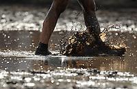 5. Matschfussball-Meisterschaft in Woellnau. Auf zwei gefluteten Aeckern wird alljaehrlich in Wöllnau (Woellnau) bei Eilenburg der Deutsche Matschfussball-Meister gesucht. Waehrend bei den Herren zehn Teams um die Schale kaempften, stritten bei den Damen vier Teams um die Ballnixe.  Ein feutfroehliches und dreckiges Spektakel, dass gut 1000 Besucher in die Duebener Heide gelockt hat. Am Ende durften bei den Herren das City Bootcamp jubeln. Sie verteidigten den Pott, bezwangen im Finale Battaune mit 3:2. Bei den Damen siegten die Volleyballerinnen aus Priestäblich (Priestaeblich).  im Bild:   Feature Foto: Alexander Bley