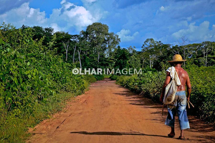 Ribeirinho caminhando em estrada de terra. Rosario Oeste. Mato Grosso. 2013. Foto de Antonio Siqueira.