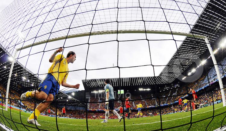 FUSSBALL EUROPAMEISTERSCHAFT 2008  Schweden - Spanien    14.06.2008 Johan Elmander (SWE) jubelt nach dem 1:1 durch Zlatan Ibrahimovic.