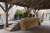Europe/France/Aquitaine/24/Dordogne/Monpazier: Sur la place des Cornières, place de la bastide, la halle dont la charpente date du 16e siècle abrite des anciennes mesures à grain du 15e siècle..