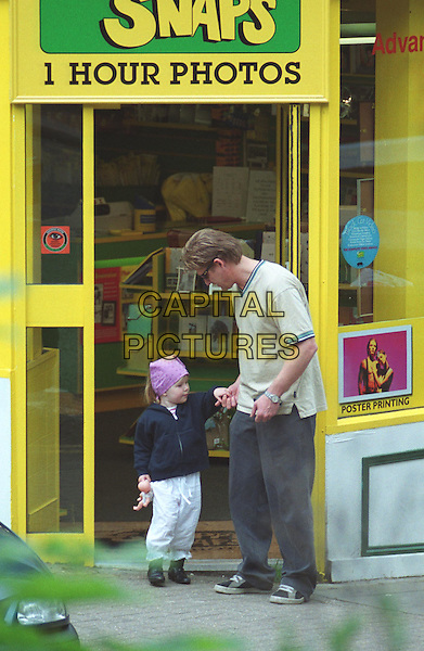 SEAN BEAN & DAUGHTER.In Hampstead.Ref: ZED.paparazzi picture, full length, full-length, celeb parents .sales@capitalpictures.com.www.capitalpictures.com.©Capital Pictures