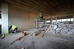 UTRECHT - In Utrecht zijn medewerkers van TN Sloopwerken uit Scharsterbrug bezig met het leeghalen van kantoorgebouw Cranenborch, en het plaatsen van plastic scheidingswanden voor asbestanering. Het pand is het middelste gebouw van een rijtje van 3 kantoren, waar dwars door heen, een nieuwe busbaan(HOV) en tramlijn gepland is. Omdat destijds tijdens de bouw asbest gebruikt is in de bekisting, is het Friese bedrijf ondertussen ook begonnen met asbestsanering, waarbij etage na etage, plastic tussenwanden, sluizen en kleedruimtes moeten worden gebouwd voordat handmatig kan worden verwijderd. De kantoorpanden ernaast, Leeuwensteyn en Sypesteyn, moeten overeind blijven. COPYRIGHT TON BORSBOOM