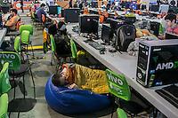 """SÃO PAULO, SP. 05.02.2015 - CAMPUS PARTY 2015/ CAMPUSEIROS IMPROVISAM ONDE DORMIR - """"Campuseiros"""" improvisam locais para  dormir durante a manhã deste terceiro dia da Campus Party 2015, nesta quinta-feira (5), na zona sul de São Paulo. (Foto: Taba Benedicto / Brasil Photo Press)"""