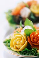 "Thaïlande/Bangkok: Légumes sculptés en décoration de plat au restaurant ""Sala Rim Naam"" de l'hôtel ""Oriental"""