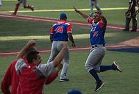 Fernando Cruz (48) y Luis Cruz (22) de los los Criollos de Caguas de Puerto Rico, festejan al obtener el pase a la final, luego de derrotar 6 carreras por 5 a los Caribes de Anzoátegui de Venezuela, durante la Serie del Caribe en estadio Panamericano en Guadalajara, México, Miércoles 7 feb 2018.  (Foto: AP/Luis Gutierrez)