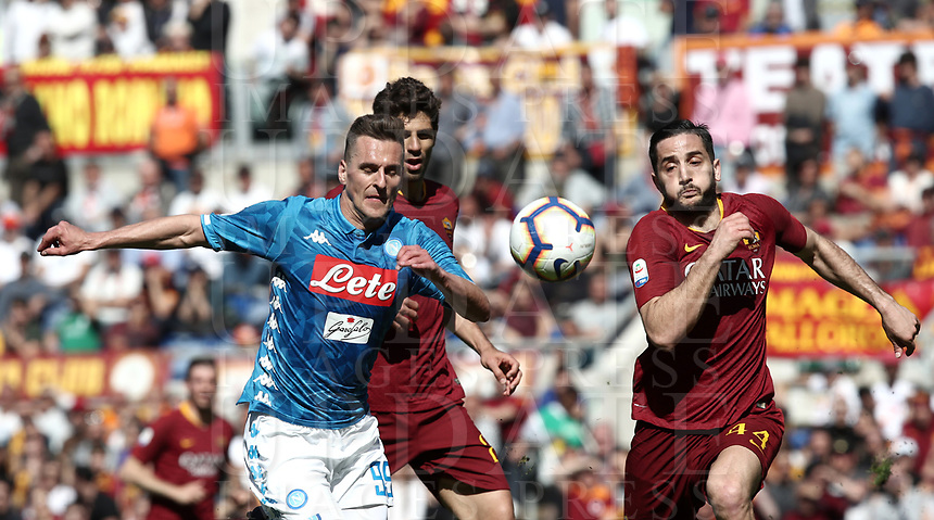 Football, Serie A: AS Roma - SSC Napoli, Olympic stadium, Rome, March 31, 2019. <br /> Napoli's Arkadiusz Milik (l) in action with Roma's Federico Fazio (c) and Kostas Manolas (r) during the Italian Serie A football match between Roma and Napoli at Olympic stadium in Rome, on March 31, 2019.<br /> UPDATE IMAGES PRESS/Isabella Bonotto