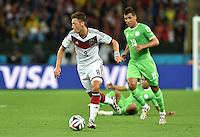 FUSSBALL WM 2014                ACHTELFINALE Deutschland - Algerien               30.06.2014 Mesut Oezil (li, Deutschland) enteilt Saphir Taider (re, Algerien)