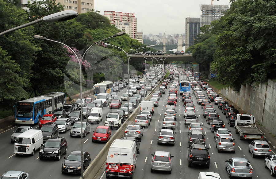 SAO PAULO, SP, 07 FEVEREIRO 2013 - TRANSITO EM SAO PAULO -  Chuva e excesso de veiculos causam engarrafamento nos dois sentidos da 23 de maio no Paraiso na regiao central da capital nessa quinta 07. (FOTO: LEVY RIBEIRO / BRAZIL PHOTO PRESS)