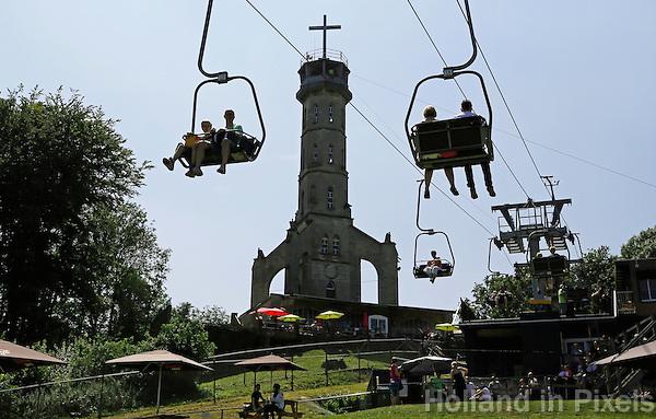 Valkenburg-  Kabelbaan naar de Heunsberg. A GoGo Valkenburg . De Wilhelminatoren is een uitzichttoren . Het dertig meter hoge rijksmonument uit 1906 staat op de Heunsberg en biedt uitzicht over het Zuid-Limburgse heuvelland.