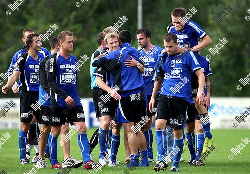 2007-09-16 / Voetbal / Bornem - Rupel-Boom / De spelers van Rupel-Boom vieren de ruime overwinning
