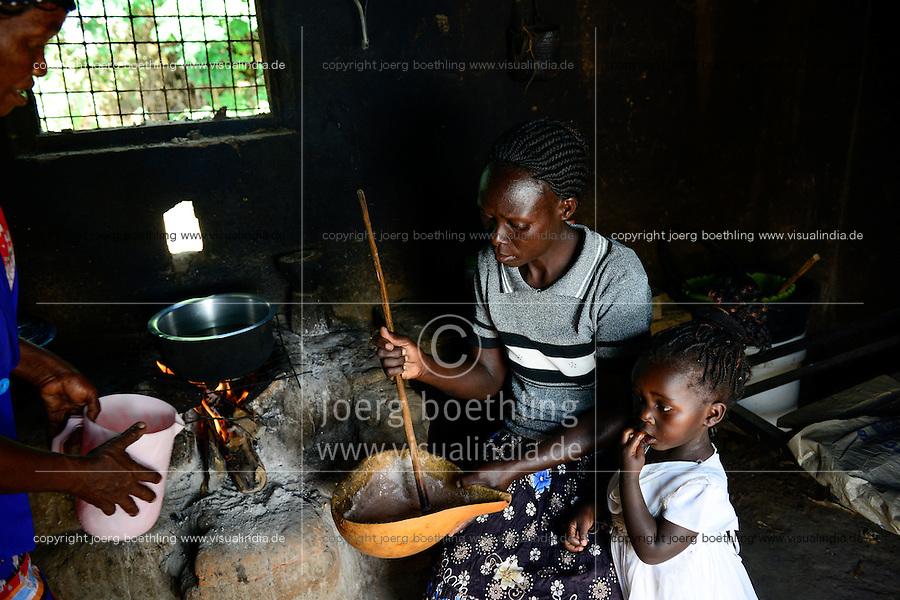 KENIA, ADS Anglican Development Services of Mount Kenya East, Stadt Embu, Dorf Gichunguri, Projekt Regenwasserauffang an einem Felsen und Speicherung in Tanks zur Nutzung in Duerreperioden, Agnes Irima, 44 Jahre, kocht in ihrer Kueche einen Sorghum Trinkbrei