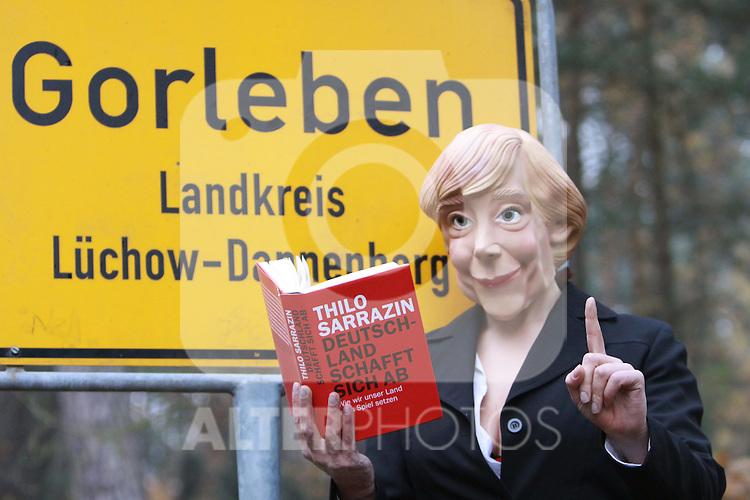 03.11.2010, Proteste Castortransporte, Gorleben, GER, Eine Angela Merkel Parodie liest in Gorleben zur Märchenstunde (Maerchenstunde), Foto © nph / Kohring